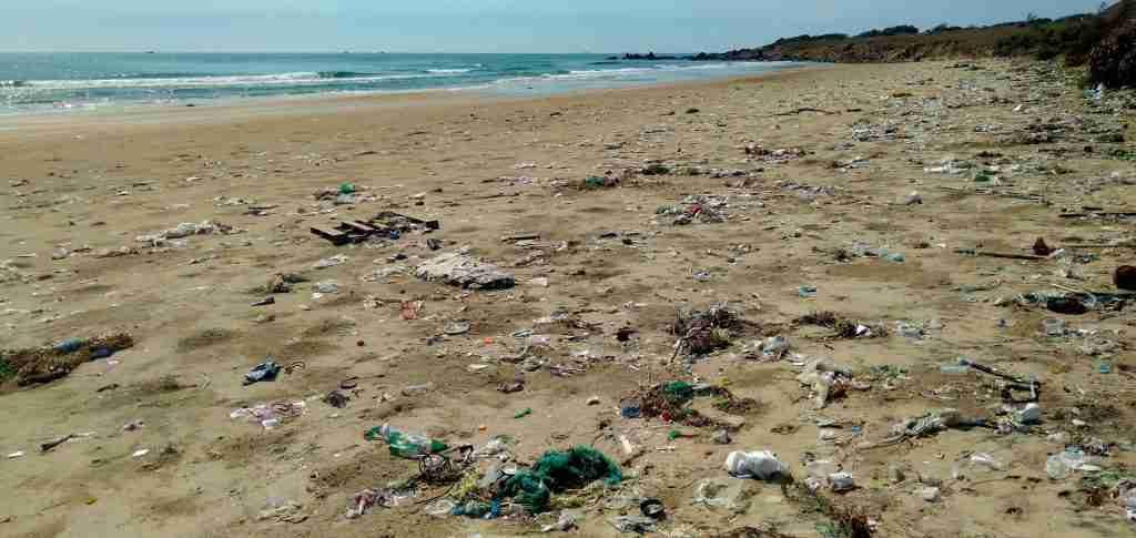 Spiaggia inquinata dalla plastica