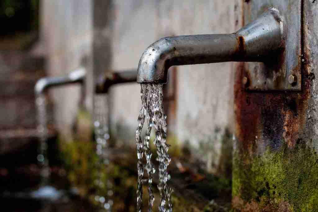 Acqua fresca che esce da una fontanella