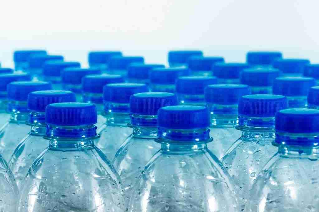 Bottiglie di plastica vuote in serie