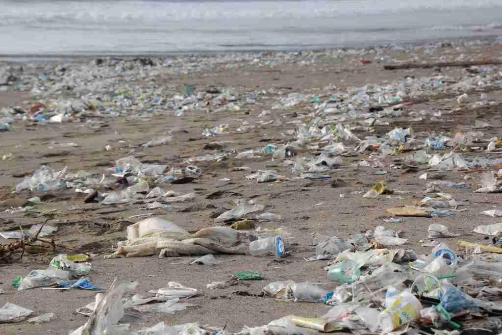 Spiaggia soffocata dai rifiuti di plastica usa e getta