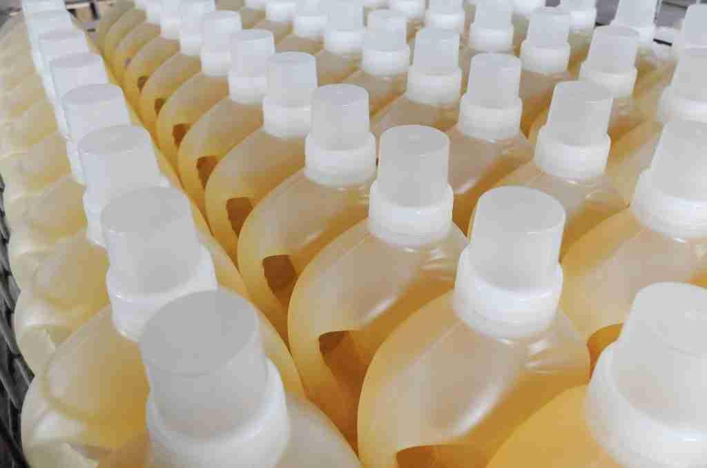 Bottiglie di detergenti in plastica