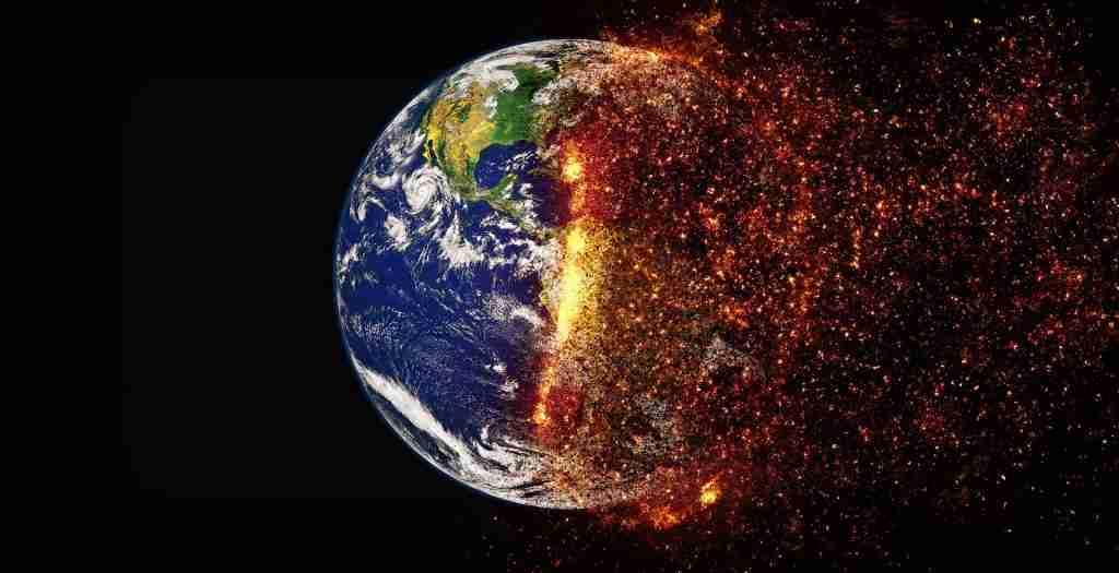 La Terra vista dallo spazio per metà bruciata dalle fiamme per l'articolo Sostenibilità: perché le Fabbriche di animali sono pericolose